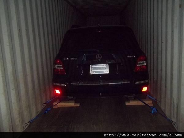 這是賓士GLK350從美國汽車海運出口裝櫃報關照片,根據台灣現行汽車關稅,一台車的進口車關稅稅率17.5%,貨物稅30%,如果價格超過300萬,還會被課徵汽車奢侈稅,ARTC驗車費用最高可達40多萬台幣,但是如過在國外持有半年,就可以符合留學生條款運車規定,不但汽車關稅可以減免,安審驗車費用更可以大幅降低