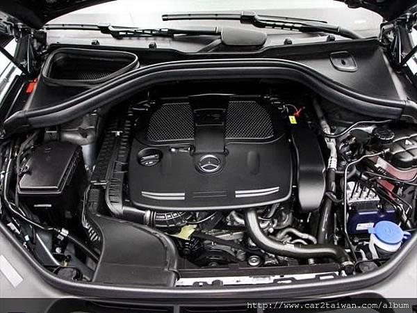 打開17 BENZ GLE350引擎蓋,讓大家看看裡面是什麼樣子