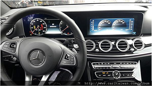 這台E300內裝高科技備配上也是很多人愛不釋手,眼睛為之一亮的地方(如下圖)  三輻式方向盤上有類似迷你觸控軌跡球(使邱大哥用大拇指就能監控整輛車的狀態),  搭配12.3吋高解析度螢幕、出風口造型以渦輪葉片為主