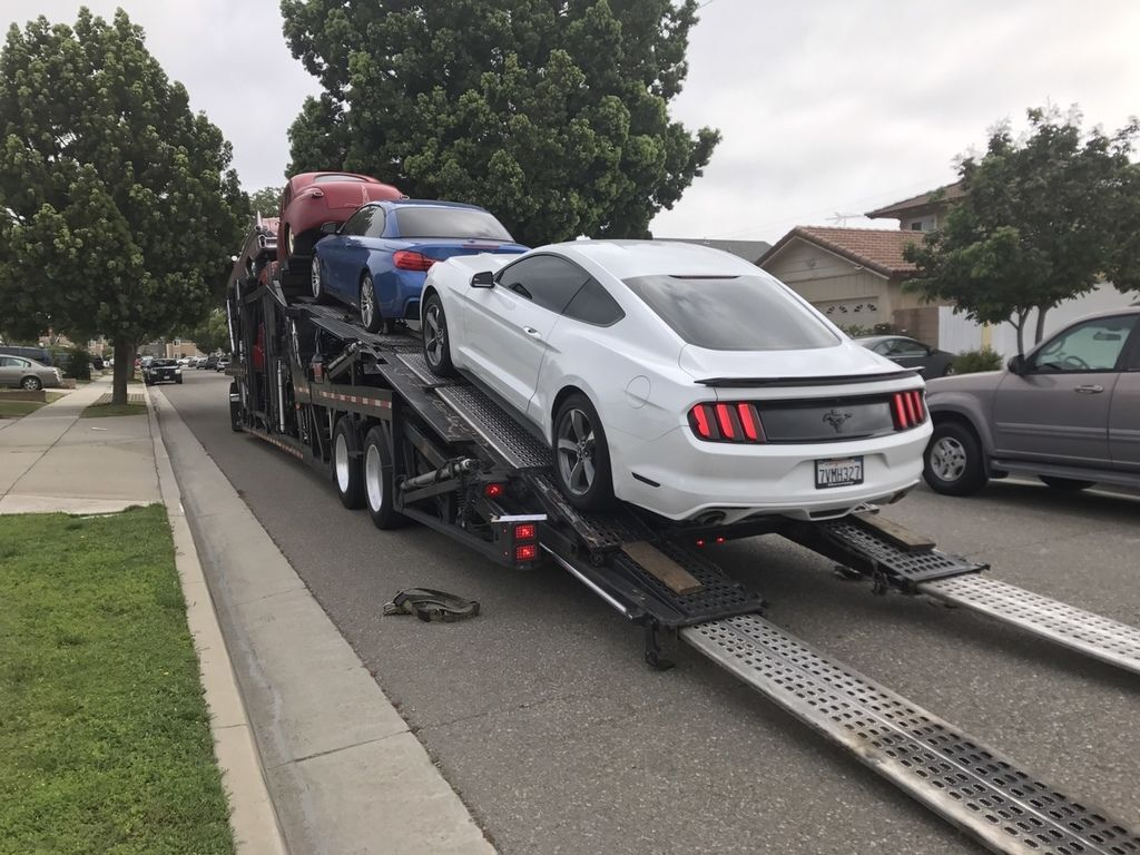 圖中兩台車(BMW 428i / Ford Mustang)都要準備上拖車從洛杉磯運車到台灣,許多華僑留學生兜會詢問運車回台灣時間要多久?美國運車回台費用要多少?運車回台灣汽車海運時間大約3星期,加上報關一星期及ARTC驗車時間兩星期,通常大約在兩個月之內,但是遇到汽車船延誤時間,或是ARTC驗車時間因為下雨也會延遲,有可能全部時間長達3個月,少部分車輛無法通過車測,驗車時間將更長久了,但是以BMW 428i及福特野馬跑車來說,因為是常見車輛,Car2TW有信心在兩個月時間完成全部工作