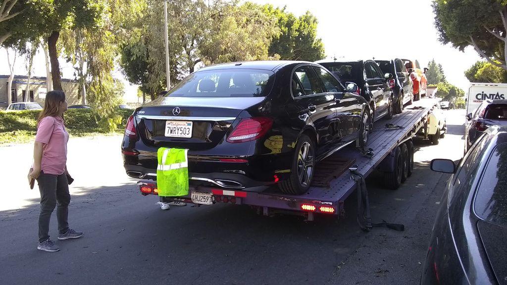 美規外匯車賓士E300在洛杉磯準備上拖車出發運到台灣,美規車在美國是加87/89/91等級的油品,但是回到台灣該加哪一種油呢?Car2TW建議美規車回到台灣為了愛車安全起見最好加98無鉛汽車,Car2TW過去十幾年來代辦進口車數量超過幾千台以上,自身經驗告訴我們,不要省哪一點小錢,以免傷引擎花大錢來修車,Car2TW提供代辦進口車服務及從美國買車運回台灣外匯車代購服務,無論是個人留學生運車回台灣相關問題例如關稅計算費用多少錢等都可以詢問Car2TW,Car2TW在美國洛杉磯設有分公司歡迎聯絡