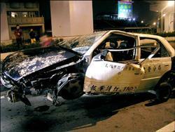 醉漢偷警車 車翻起火