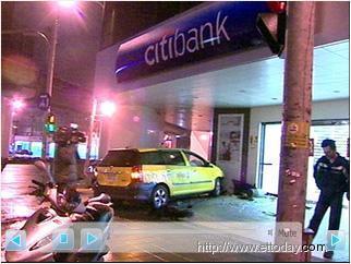 凌晨兩起計程車車禍 一撞電桿釀1傷 一撞進ATM引虛驚 1