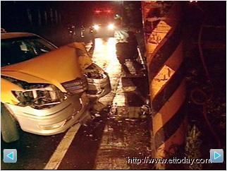 凌晨兩起計程車車禍 一撞電桿釀1傷 一撞進ATM引虛驚 3