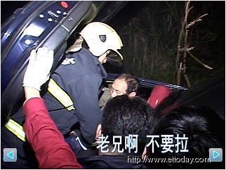濃霧?白影? 開車撞電杆翻落水溝 老翁受困獲救 2