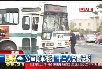 公車貨車對撞 13輕傷送醫 1