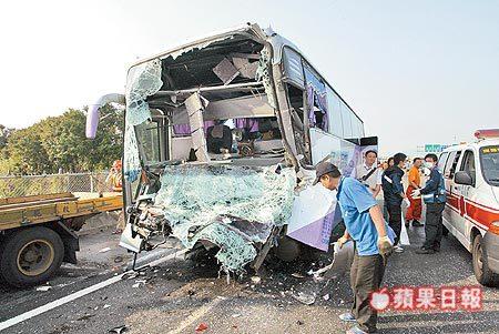 「司機精神差」國光號撞爛 強碰工程車 七人受傷 1
