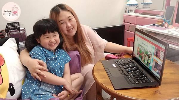 家長小孩與外師線上上課的情境照4.jpg