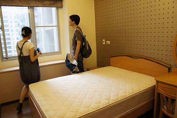 主臥室,這間通風比上一間好很多,很涼快