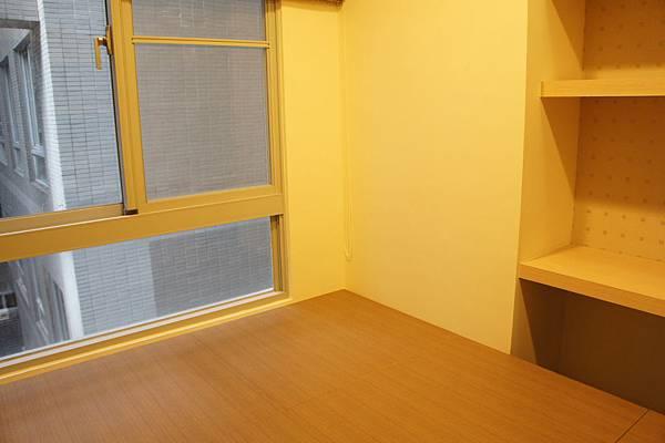 客房又被投資客弄得很奇怪,架高約45公分底下做儲物,可是上面的空間太小也沒辦法躺一個人
