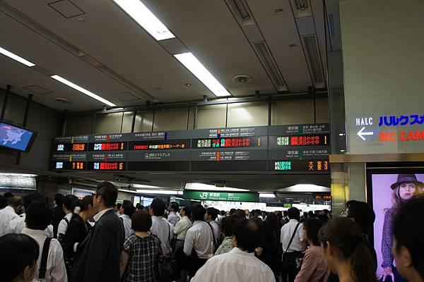 當天所有jr地鐵全部停駛,上班族全困在新宿車站,很多人都坐在地上玩手機= =!!