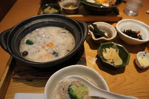午餐走到原宿,人超多,餐廳都大排長龍,就隨便吃了大戶屋,我的雜炊定食