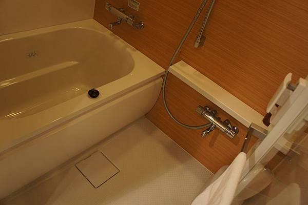 浴室非常特別,分成乾濕分離的沐浴間,就像日本家庭一樣在旁邊洗完澡再入澡盆