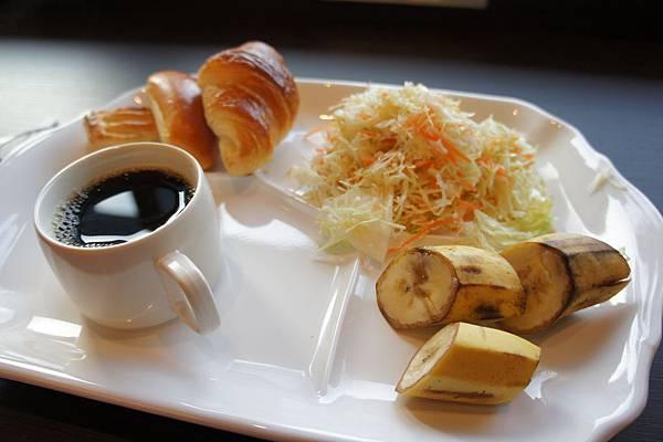 via inn hotel的免費早餐,有5~6種麵包、咖啡、湯、沙拉、水果,就這樣