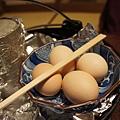 晚餐主菜是黑毛和牛壽喜燒,先來4顆蛋~
