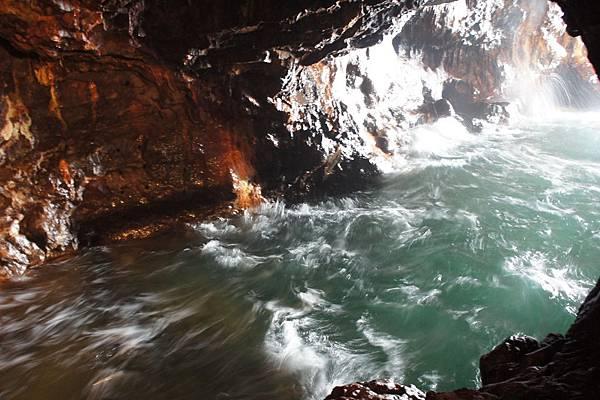 實際在洞內,海浪的聲音非常震憾,超讚的