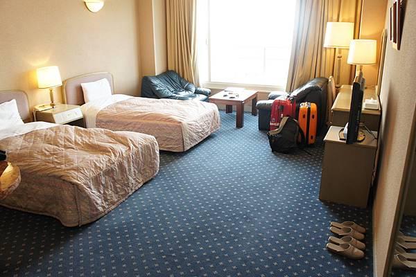 房間好大,行李箱變得好渺小