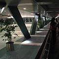 這個館超大的,很像機場,走了快1公里還沒到