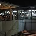 晚上八點,要回家的人們把百合海鷗號擠爆,要進站的人排到外面來