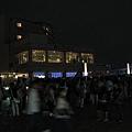 排隊要進站的人排到往富士電視台的天橋上,太恐怖了