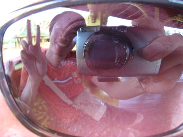 偉立透過我的太陽眼鏡拍他自已,哈