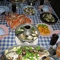 第二天晚餐,小漁村吃海鮮,一邊吃飯一邊趕蚊子,而且海邊臭臭的,驚嚇度很大!