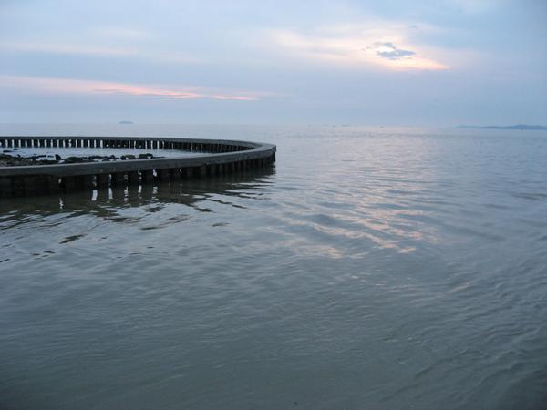拍海邊倒是蠻漂亮的,其實有點臭