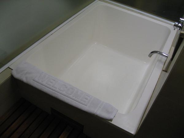 浴缸,可是每天回來都累死了,連放熱水泡澡的力氣都沒有@@