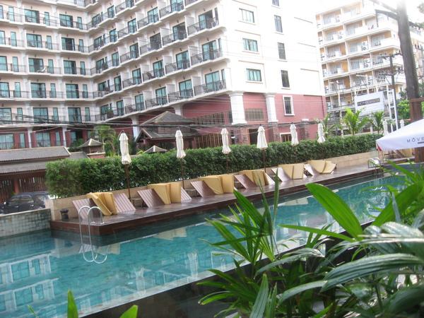 吃早餐的地方可以看到外邊的泳池