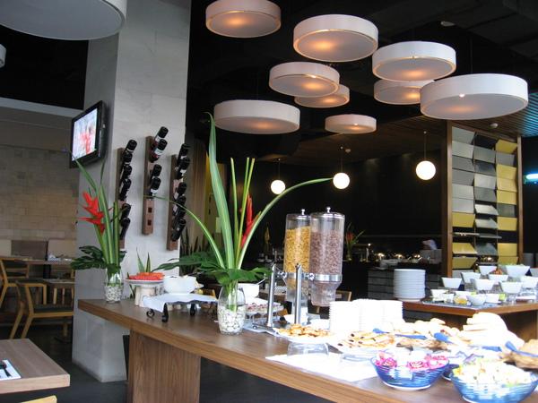 早餐的餐廰,這間是我住過飯店餐飲最最便宜的飯店了,吃個午餐大概1百多泰幣,泰國物價好低呀