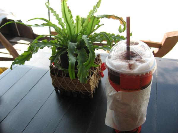 熱到受不了,就找間有風的咖啡店休息