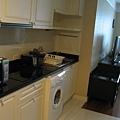 房間超大,還有個小廚房跟洗衣機