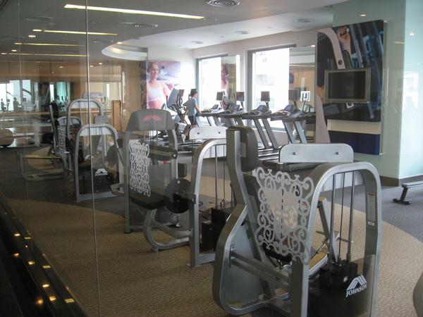 飯店健身房,很不錯,每台機器上都有小電視