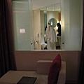 房間跟浴室是互通的,可以把窗戶關起來,不然也可把簾子拉起來