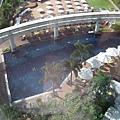 隔天一早醒來,往下看是飯店26樓的泳池