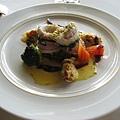 偉立的主菜,魚,不過偉立說魚還有魚鱗在上面= =!!