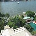 往下看是東方文華的泳池,小小的