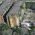 往下看,與飯店只隔一條小路,是很破舊的社區,堆滿了垃圾