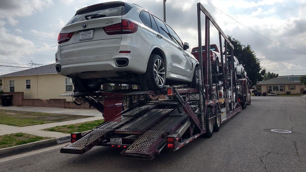 圖片中這一台BMW X5寶馬汽車剛上拖車準備出發到LA桃園車庫位於洛杉磯汽車海運出口倉庫裝櫃報關出口了,BMW X5也是常見各人留學生或是台灣朋友選擇去美國買車帶回台灣車款之一,原因是台灣BMW X5價格費選擇少,但是美龜車價格便宜選擇多,以這台2017年BMW X5寶馬汽車運回台灣估算全部費用加上車價等只需要180多萬,對比台灣新車BMW X5價格高達接近400萬台灣,可以想像為什麼要選擇去美國買車運回台灣了,當然有些人會爭議說這是三年中古車,但是大家都知道買車前兩年折舊非常多,如果可以用不到一半價格買到里程數低車況幾乎全新的進口車,為什麼還要購買新車呢?感謝住在台北陳先生對LA桃園車庫評價及支持,這台BMW X5預計從美國洛杉磯汽車海運時間3星期就可以回到台灣了,有任何運車回台灣或進口車代辦問題都可以諮詢LA桃園車庫