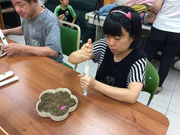 樂山院生協助家長做艾草蚊香