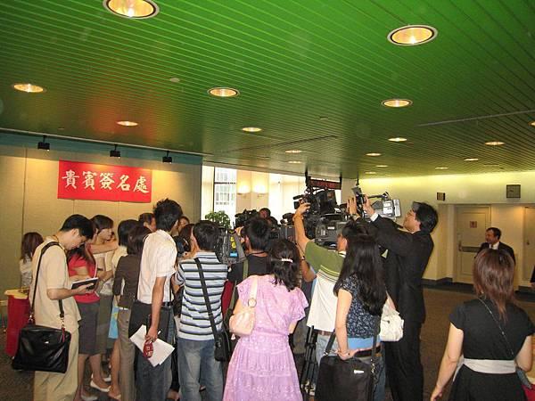 記者們包圍著某位名人