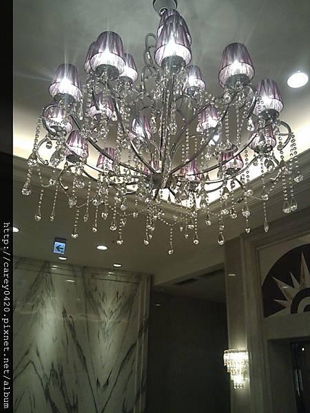門口大廳的水晶吊燈