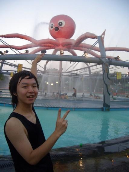 阿萬以為他摸到章魚了~~哈哈.