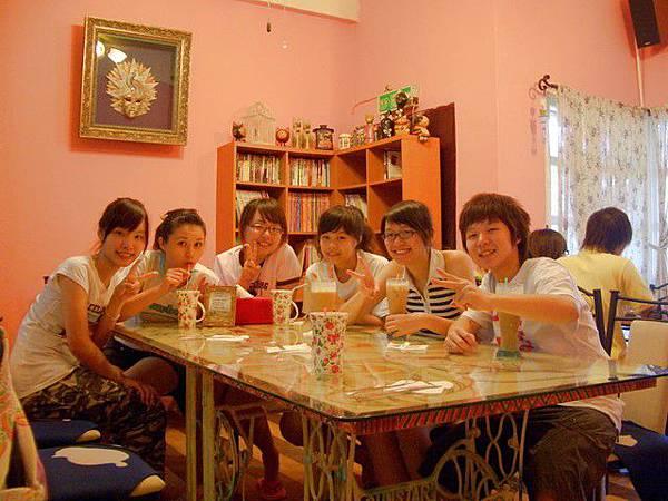 燈光美氣氛佳~貴婦們喝下午茶囉!!