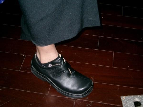 大鞋...完全跟美豔妝扮不搭...