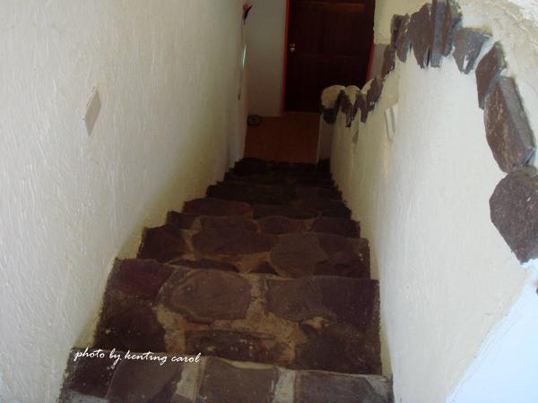 超高階樓梯 聽民宿老闆說是仿荷蘭建築兒做的 因為荷蘭人人高馬大 腳比較長 所以階高都做比較高.jpg