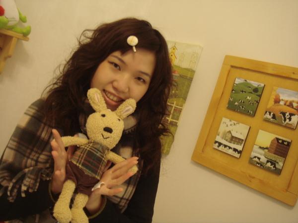 妹妹與可愛的兔偶.JPG