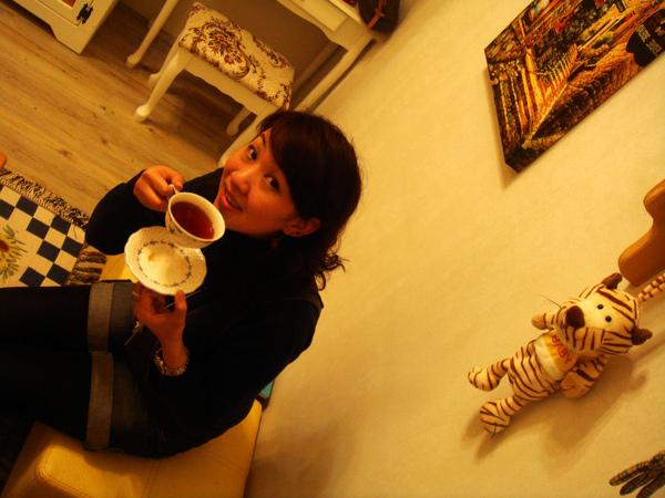 裝貴婦喝咖啡.JPG