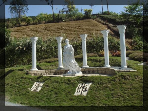 對..你看這個雕像和羅馬柱 表示你到雅廬啦!.jpg