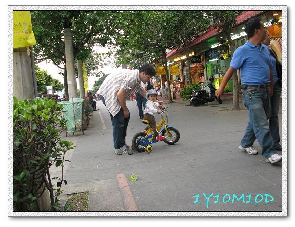 1Y10M10D-11八里騎車.jpg
